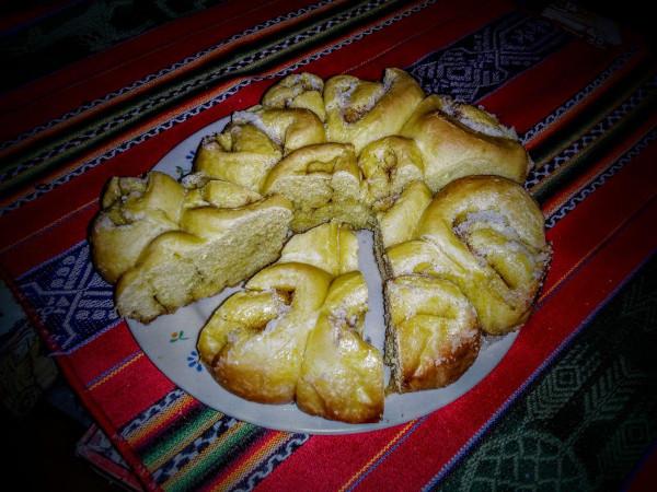 Torta di rose farcita con burro e zucchero